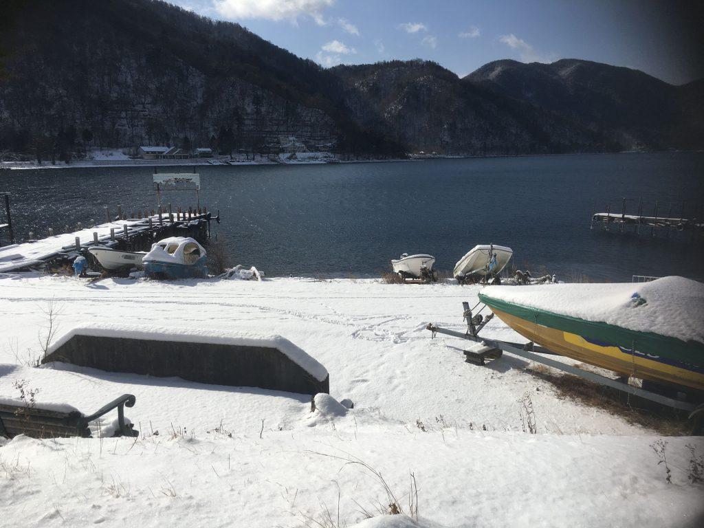 中禅寺湖と雪