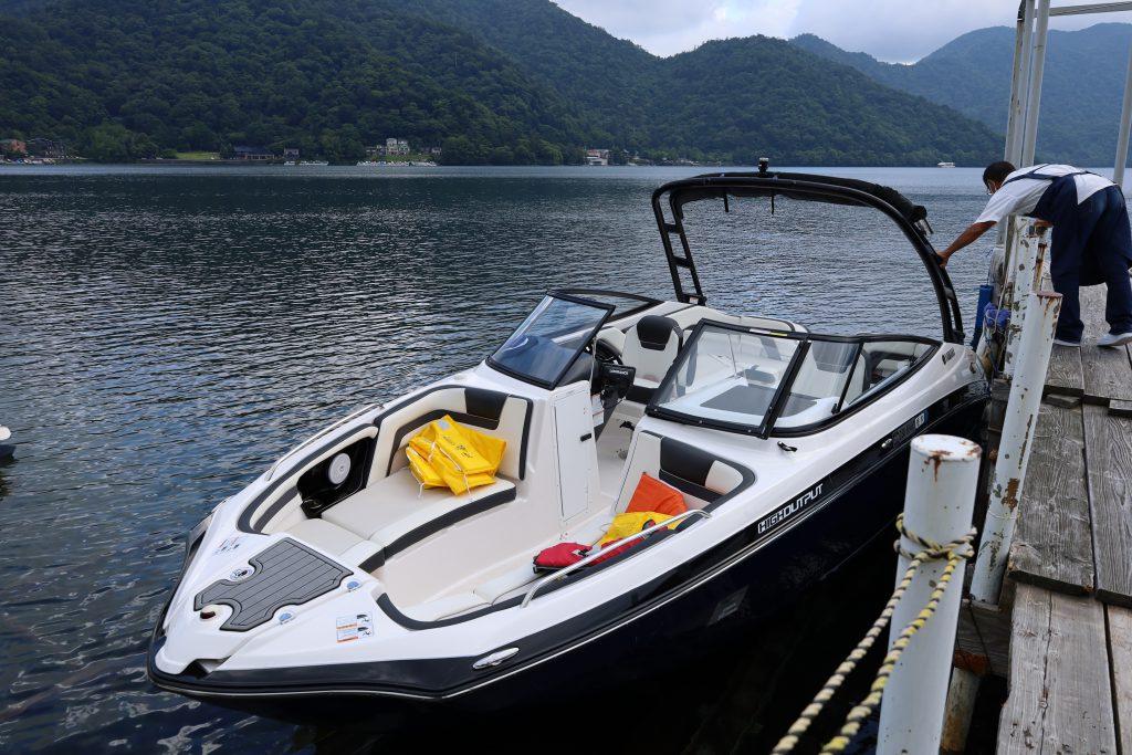 湖畔へ向かうボート